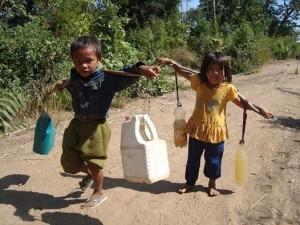 s. 12. Bagside. børn bærer vand