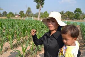 kvinde m barn i majsmark